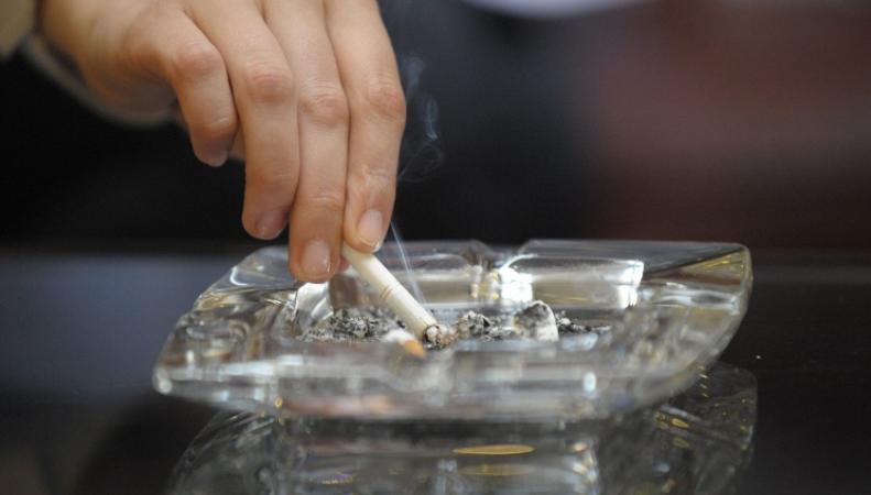Сигарета и пепельница