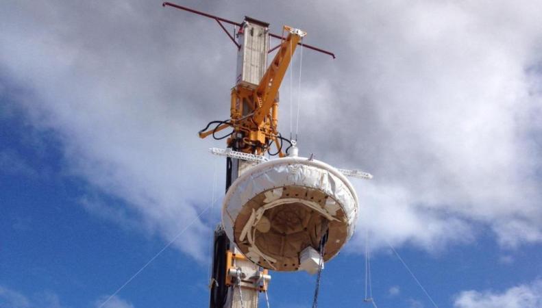 Космический аппарат NASA с парашютом для запуска на Марс
