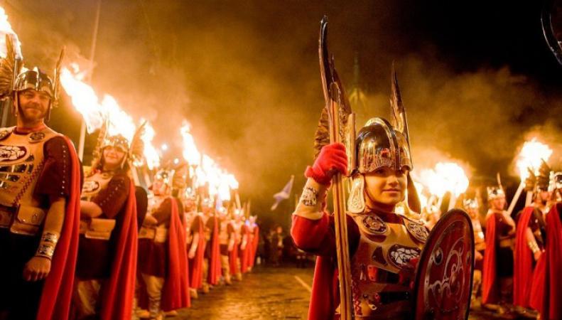 факельное шествие в Эдинбурге