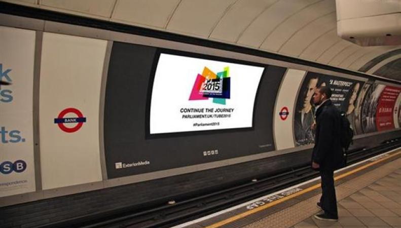 Проекционный экран на станции лондонского метро