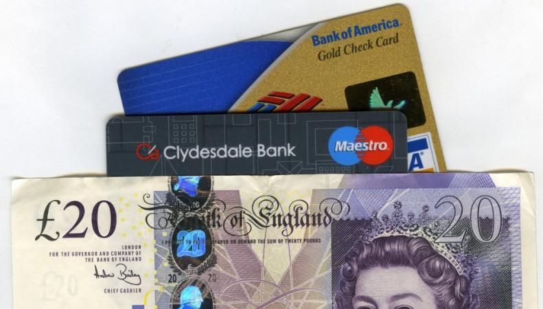 Банковские карты и наличные фунты