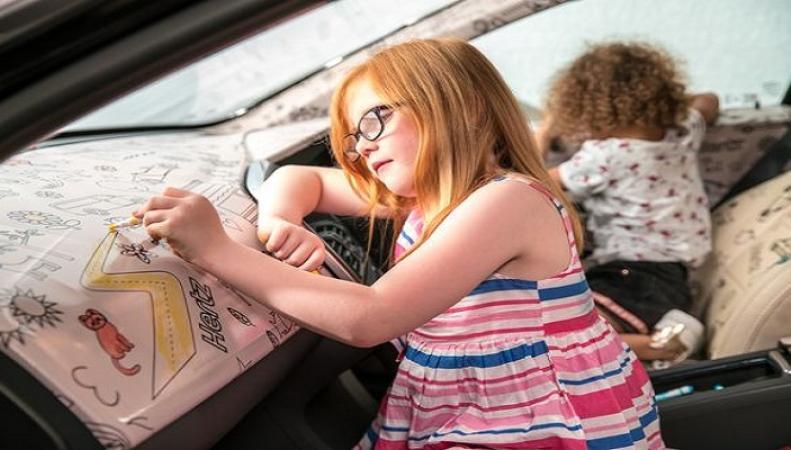 """Путешественникам с детьми предложили """"автомобиль-раскраску"""""""