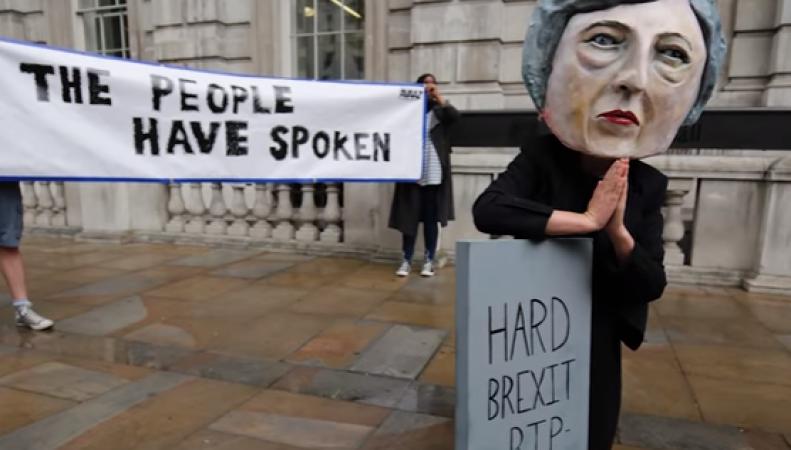 Жители Лондона потребовали отставки Терезы Мэй в акции протеста на Даунинг-стрит