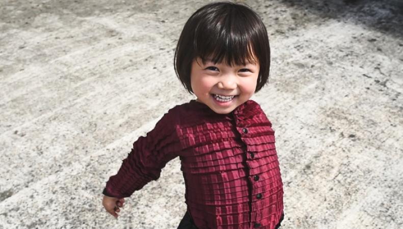 """Британский инженер создал одежду, которая """"растет"""" вместе с ребенком"""