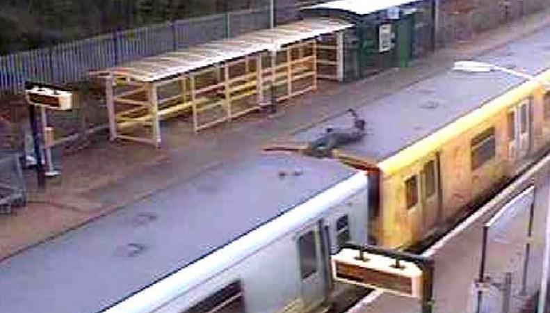 Полиция разыскивает экстремала, прокатившегося на крыше поезда в Мерсисайде фото:theguardian.com