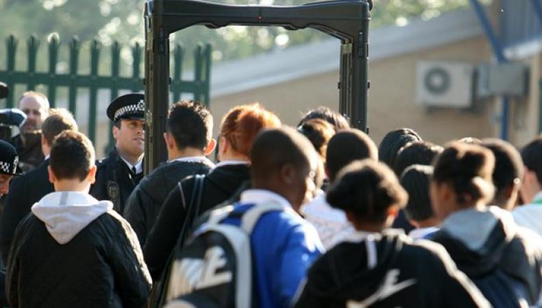 Скотланд-Ярд призывает школы устанавливать металлодетекторы у входов фото:theguardian