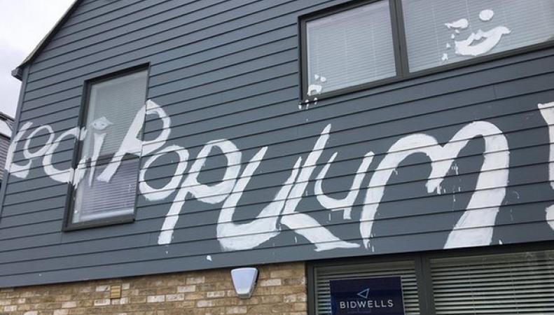 Элитный жилой комплекс в Кембридже изуродован граффити на латыни фото:theguardian