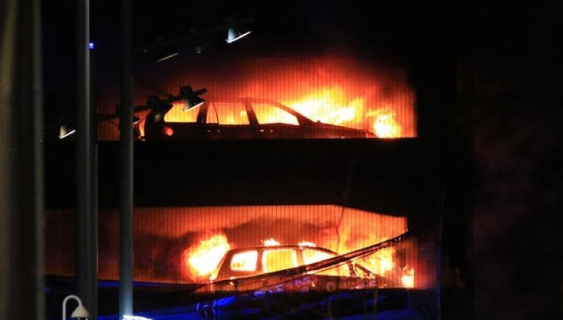 На парковке в Ливерпуле сгорели полторы тысячи машин