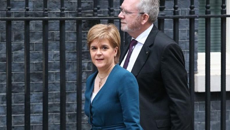 Тереза Мэй пообещала Николе Стерджен «горячую линию» по вопросам Brexit фото:dailymail.co.uk