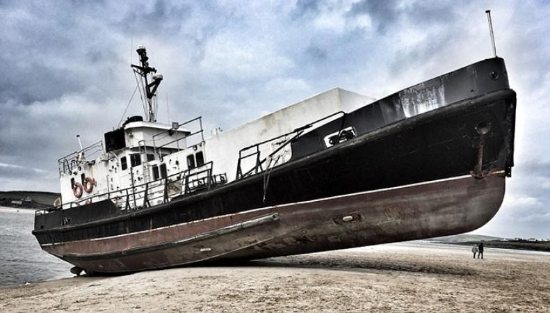 Корабль вынесло на пляж Северного Корнуолла