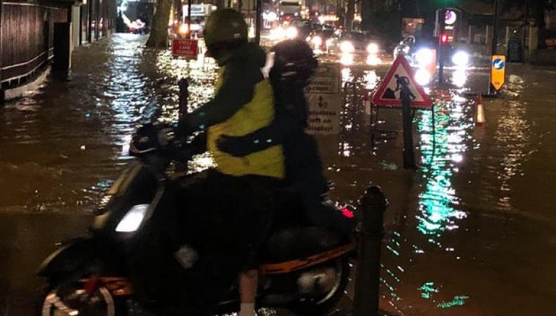 Коммунальный потоп в Хаммерсмите: людей эвакуировали на лодках