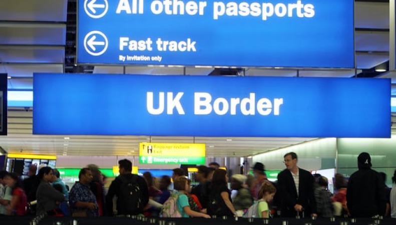 Британское правительство приняло решение о въездных визах для граждан ЕС фото:theguardian