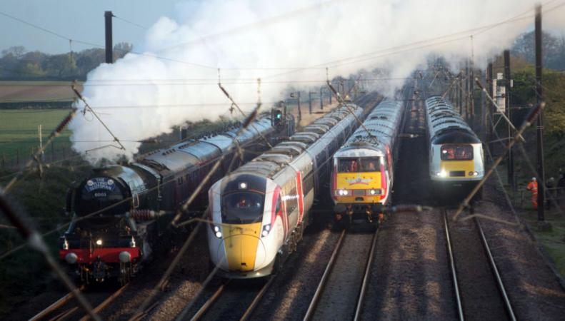 Поезда трех эпох сошлись на участке пути в Йоркшире фото:skynews