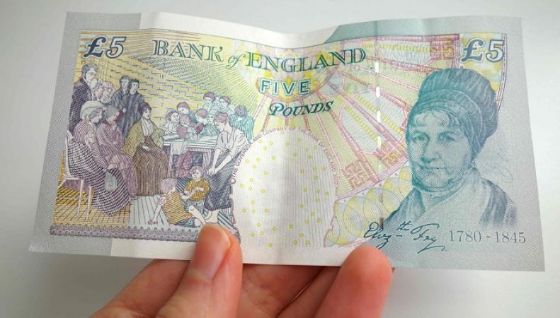 Британцам нужно срочно потратить миллионы пятифунтовых банкнот