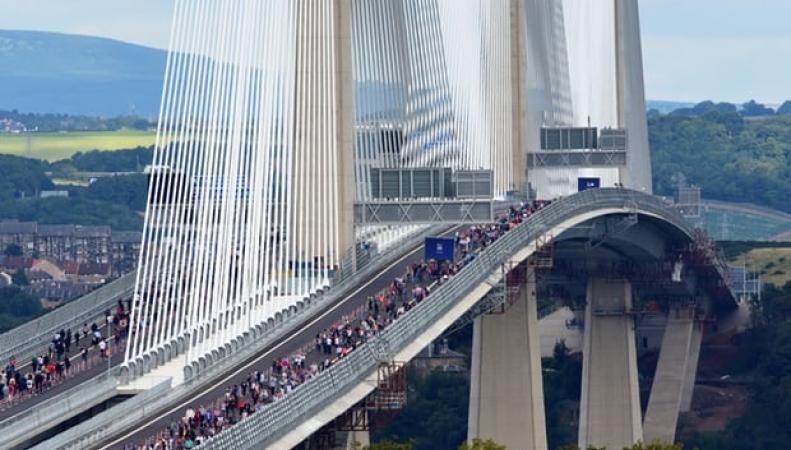 Шотландцы воспользовались шансом прогуляться по новому мосту до приезда королевы