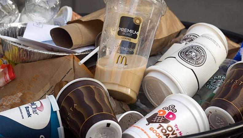 использованные стаканы для кофе