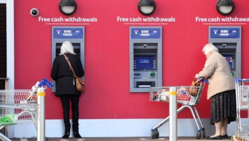 Малые города Великобритании могут остаться без бесплатных банкоматов