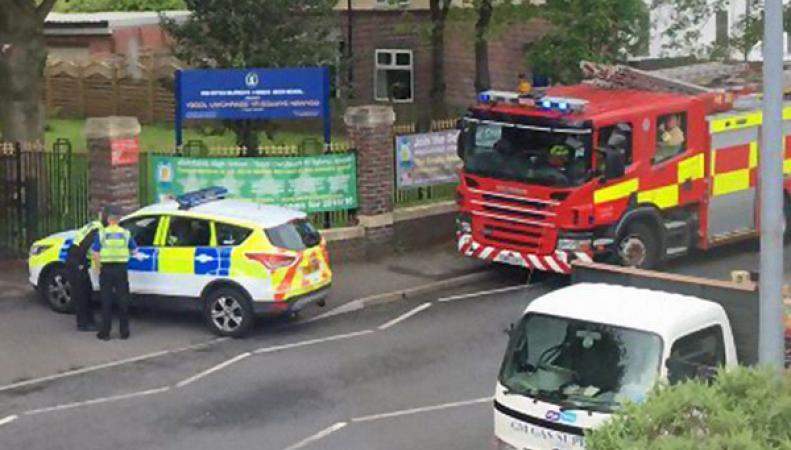 Полиция эвакуирует школы Британии из-за угрозы взрывов