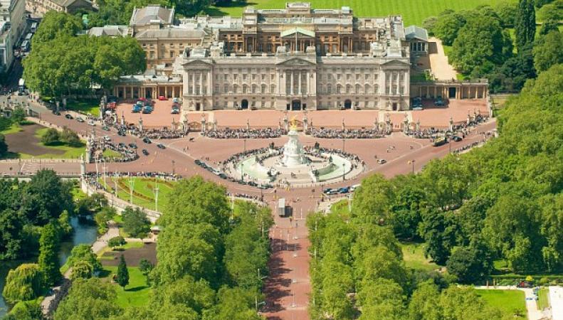 Запрет на курение вводится во всех владениях королевы Елизаветы II фото:dailymail.co.uk