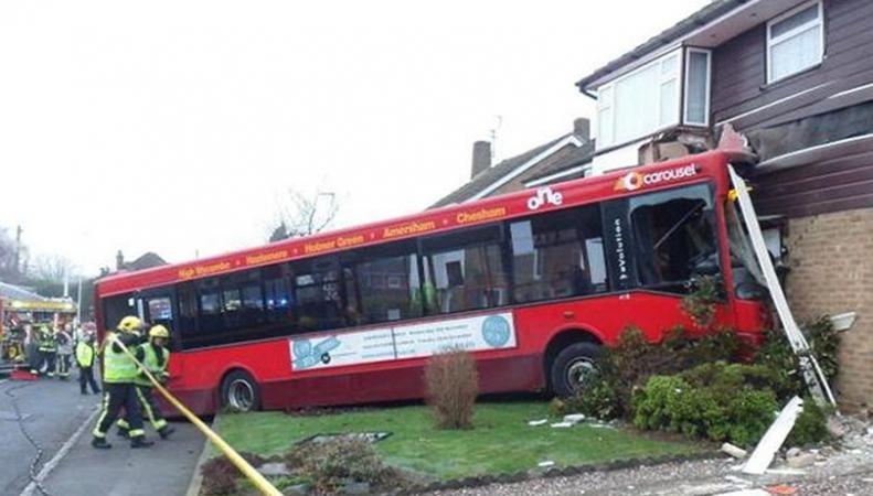 В Букингемшире рейсовый автобус врезался в дом фото:mirror.co.uk
