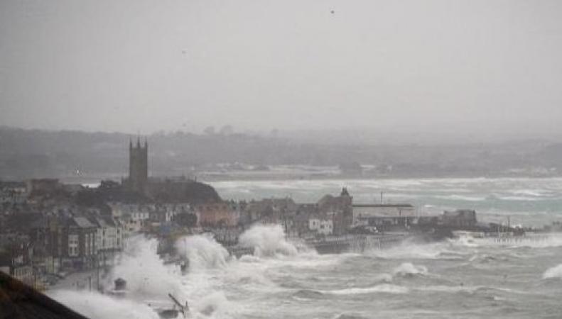 Штормовое предупреждение на выходные: Ветер и волны по югу Великобритании фото:scoopnest.com