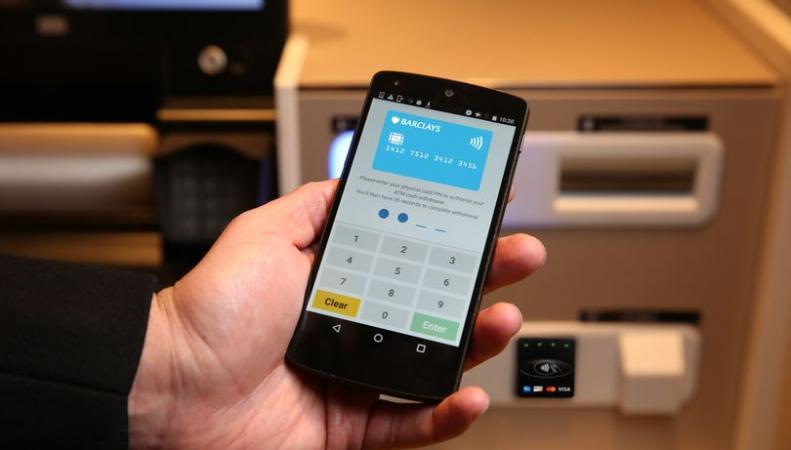 Клиенты Barclays смогут снимать деньги в банкоматах с помощью смартфона фото:mirror.co.uk
