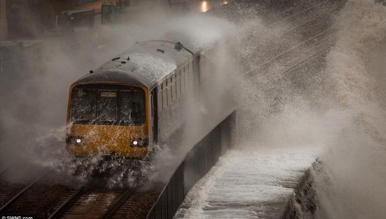 Недельная норма осадков прольется на западе Великобритании в понедельник фото:dailymail.co.uk