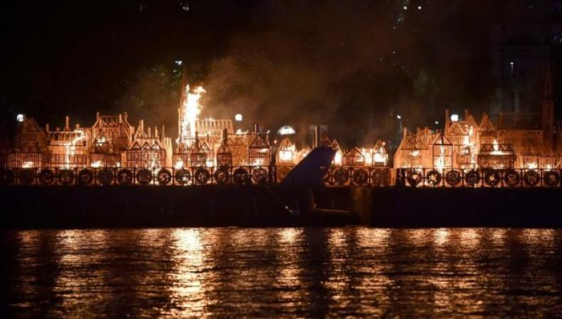 Англичане символично подчеркнули 350-летие пожара— сожгли копию Лондона 17 века