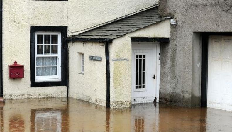 Угроза наводнения объявлена по северо-западу Англии фото:mirror.co.uk