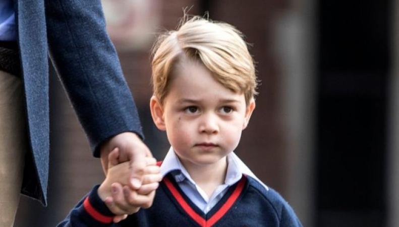 Принц Джордж впервые отправился в школу фото:bbc