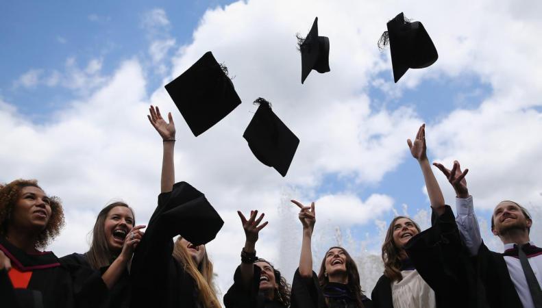Выпускникам британского вуза запретили традиционный ритуал фото:independent.co.uk