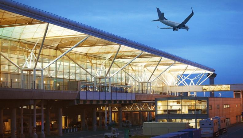 Аэропорт Станстед был временно закрыт из-за протестной акции на летном поле фото dailymail