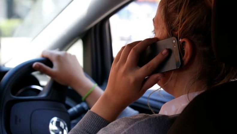 Британское правительство изменит наказание за разговоры по мобильному телефону за рулем фото:gazettelive