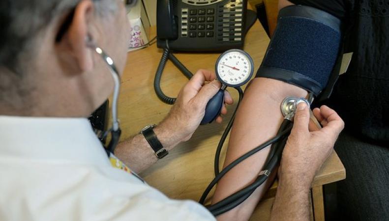 NHS откажется обслуживать здоровых жителей Англии фото:theguardian.com