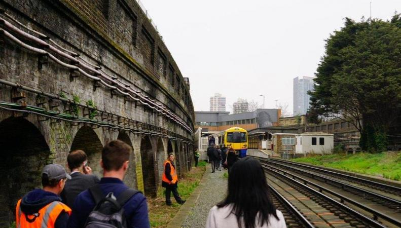 Поезд London Overground застрял на путях в час-пик из-за падения напряжения в сети