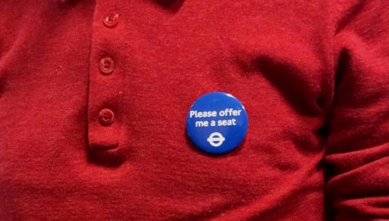 """Значки """"Offer me a seat"""" утверждены в основной социальной программе TfL фото:itv.com"""