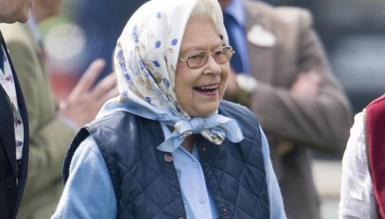 Королева Елизавета II выиграла купон Tesco на скачках в Виндзоре фото:mirror.co.uk