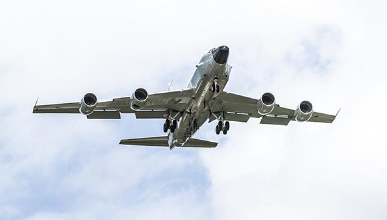 Самолет-разведчик совершает полет над Балтикой