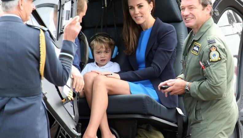 Супруги Кембриджские произвели фурор, приехав на авиашоу с принцем Джорджем фото:dailymail.co.uk