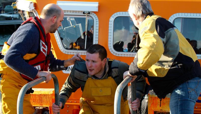 Береговая охрана спасла шотландских рыбаков за минуты до затопления траулера фото:pressandjournal.co.uk