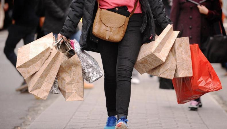 Загадочная посетительница опустошила полки благотворительных магазинов в Харинги фото:standard.co.uk