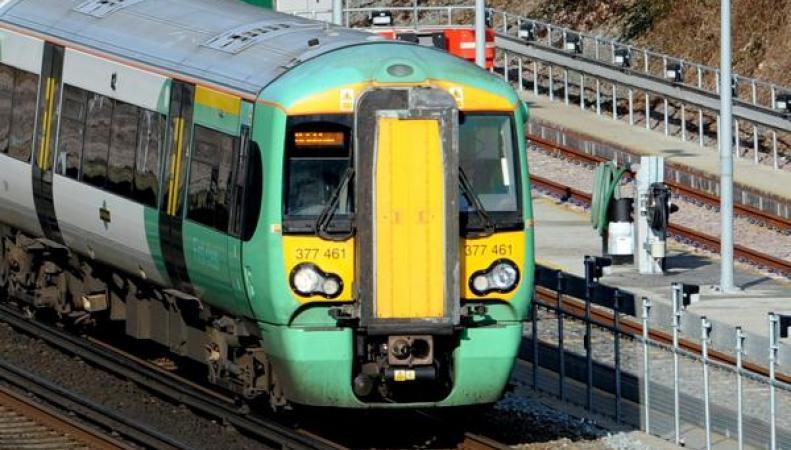 Железнодорожный оператор Southern опасен для здоровья: в поезде обвалился потолок фото:dailymail.co.uk