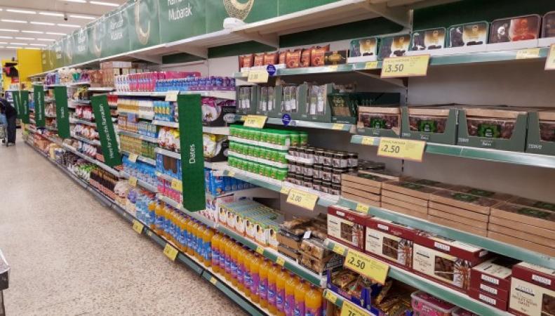 Tesco раздал продукты и деньги по случаю празднования Рамадана фото:aol.co.uk