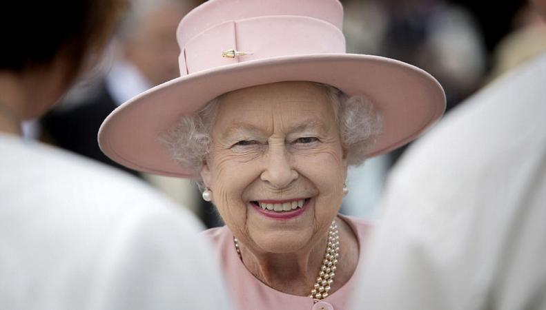 Королева Елизавета II провела первый летний прием в парке Букингемского дворца фото:dailymail