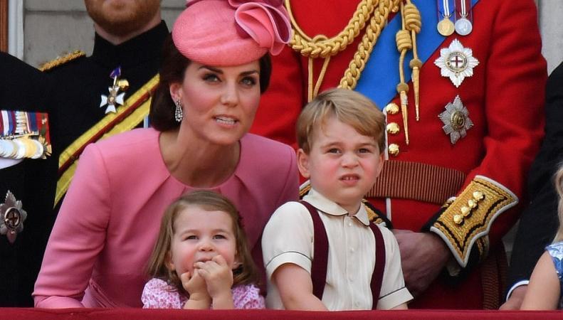 Супруги Кембриджские вывели детей на балкон Букингемского дворца в день рождения монарха фото:dailymail