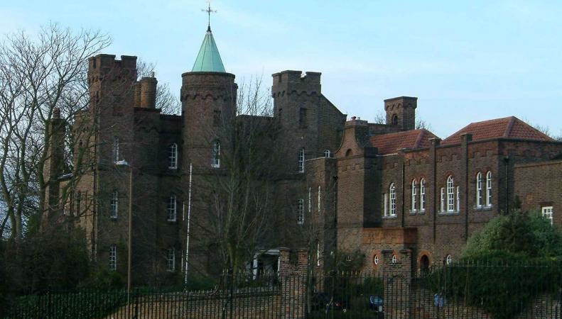 В Лондоне продается замок с видом на лабиринт фото:thegreenwichphanton.co.uk