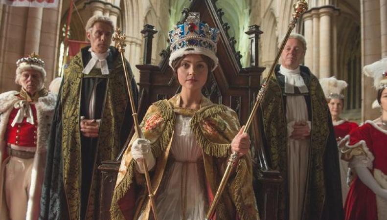 Телеканал ITV в новом телевизионном сезоне делает ставку на костюмированный исторический сериал о молодой королеве Виктории. фото:mirror.co.uk