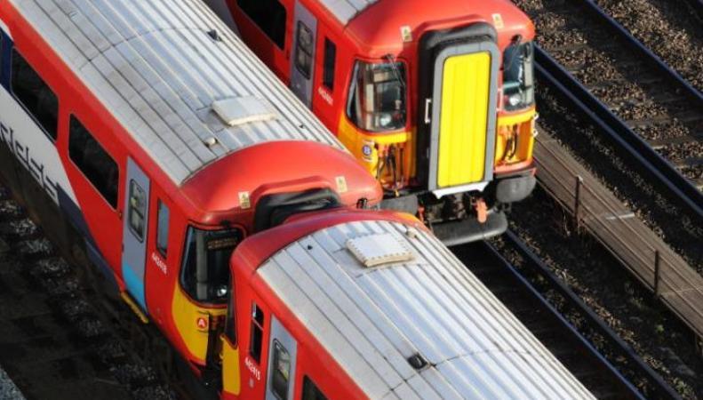 Пассажир Gatwick Express смертельно травмирован проходящим мимо поездом фото:telegraph.co.uk