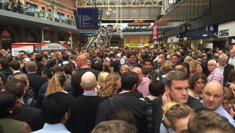 Пожар у вокзала Ватерлоо спровоцировал серьезные задержки движения поездов фото:independent.co.uk