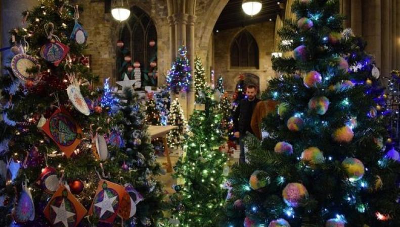 В Лестершире проходит крупнейший фестиваль рождественских елей